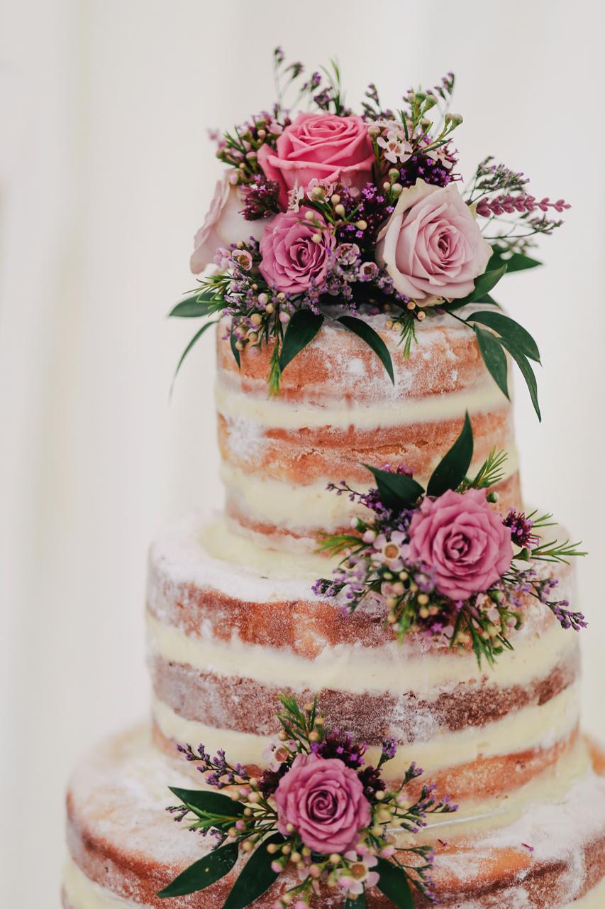 Naked cake con flores naturales vía Lanty on Unsplash.