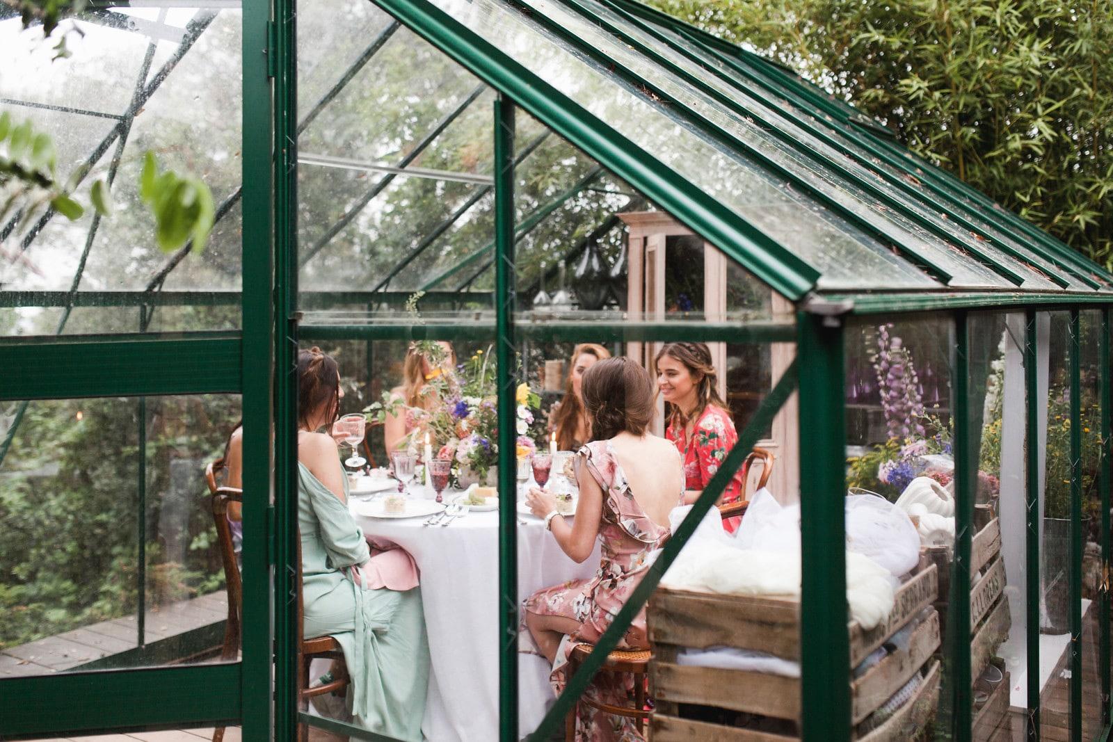 Bridal party de Laura Escanes: Organización y diseño de The Nice Weddings. Fotografía de Lara López Photography. Localización y diseño floral de Gang and the Wool.
